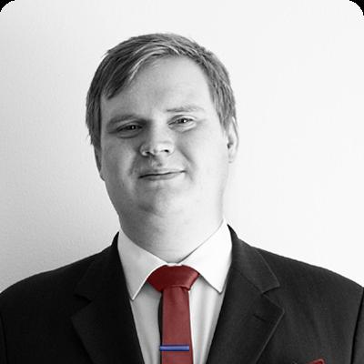 Max Festersen Hansen med rødt slips, blå slipsenål, hvid skjorte og sort blæser.